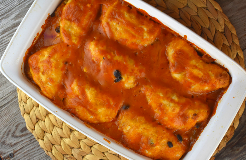 Easy Chicken Enchilada Biscuit Bake is the perfect dinner for a busy weeknight. Chicken, black beans and cheese are stuffed into canned, refrigerated biscuits and then baked in a combination of enchilada sauce and cream of chicken soup. The result will have your family licking their plates and begging for more.